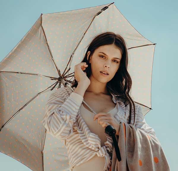 Gepunkteter Knirps Regenschirm mit UV-Schutz für sonnige Tage
